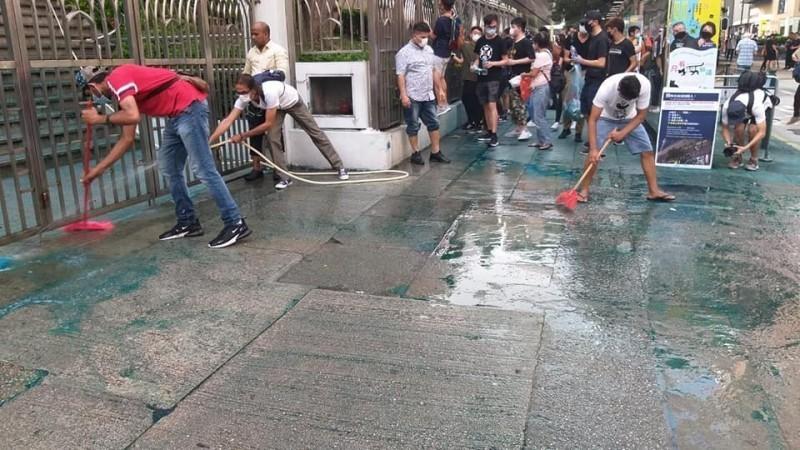 大批香港市民自發前往遭港警攻擊的九龍清真寺,協助清潔。(圖取自香港突發事故報料區)