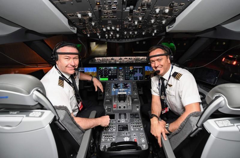澳航7879航班機長戈爾丁(Sean Golding,左)與副機長薩瑟蘭(Jeremy Sutherland,右)在駕駛艙內合影。(法新社)