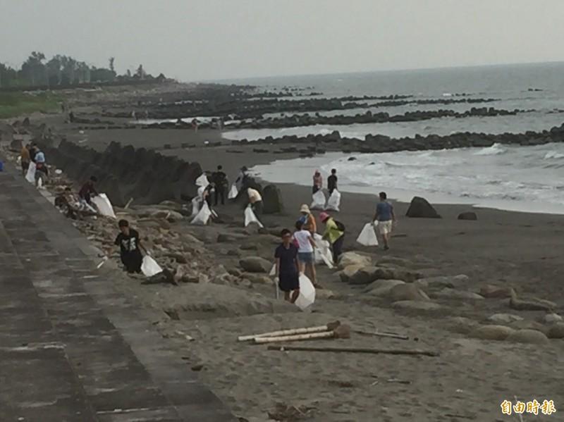 韓國瑜今日原本想在黃金海岸淨灘,不料有群不明人士在昨日已經垃圾全清空。圖為示意圖,非新聞當事人。(資料照)