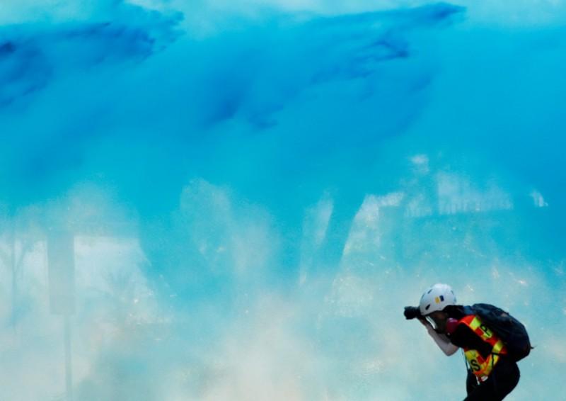 港警今(20)日使用藍色水炮攻擊九龍清真寺及寺外民眾,將清真寺建築物染藍。(路透)