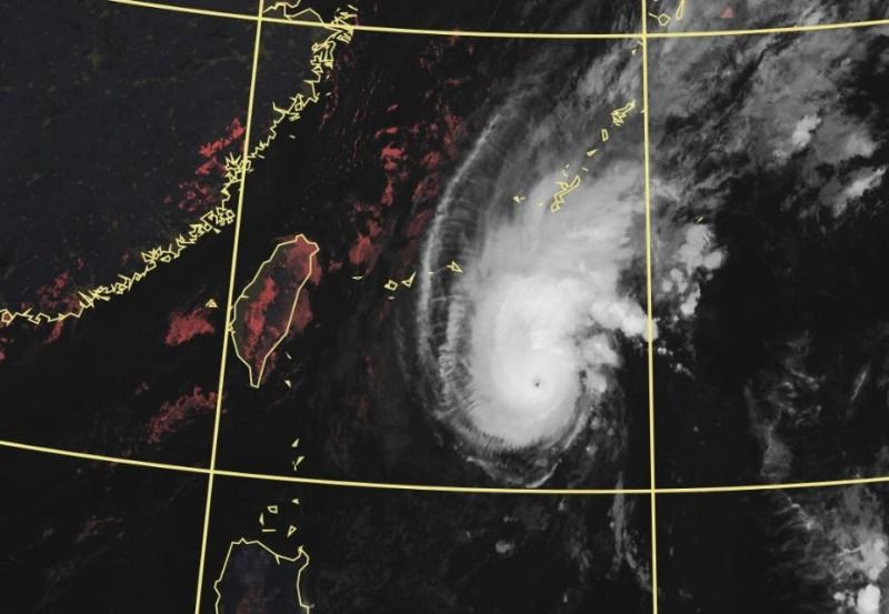「浣熊」發展跌破專家眼鏡,昨晚已增強為中度颱風,風眼清晰可見。(圖擷自中央氣象局)