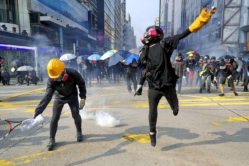 《TAIPEI TIMES》 Hong Kong protesters defy police