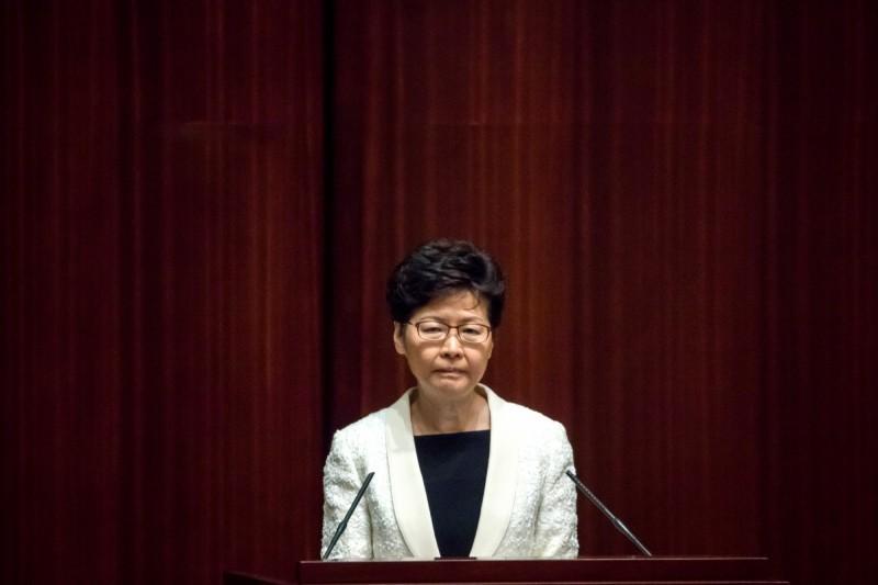 香港特區政府今晚發表6點聲明,否認政治操作陳同佳案,並強調現「無法律」與台灣進行刑事司法協作。陸委會晚間反批投案安排顯見政治力量操作,且所謂「無法律」,正是因把台灣視為中國一部分,所以台港間不能進行司法互助協商,是處心積慮凸顯「港府沒有管轄權,所以必須送中」的邏輯。圖為香港特首林鄭月娥。(彭博)