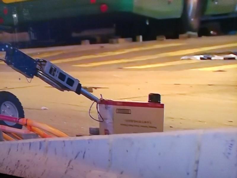 警方出動拆彈機器人。(圖擷取自_香港人連儂牆)