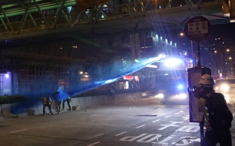 警方水砲車擊中記者。(圖擷取自TG_文宣組圖文直播台LIVE)
