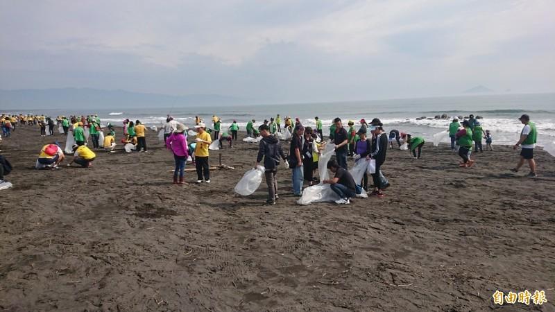 高雄市長韓國瑜陣營今日原本想在黃金海岸淨灘,不料有群不明人士在昨日已經垃圾全清空。圖為示意圖,非新聞當事人。(資料照)