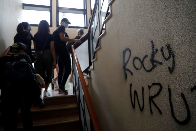 香港本月初多名中大學生指控警方暴力對待,學生在校園塗鴉「Rocky(段崇智名)你在哪?」。(路透)