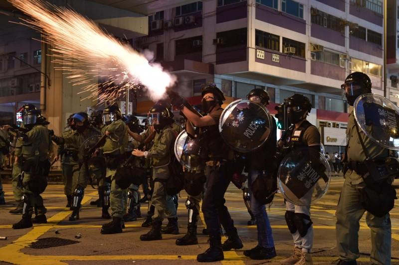 警方朝示威者發射催淚彈。(法新社)