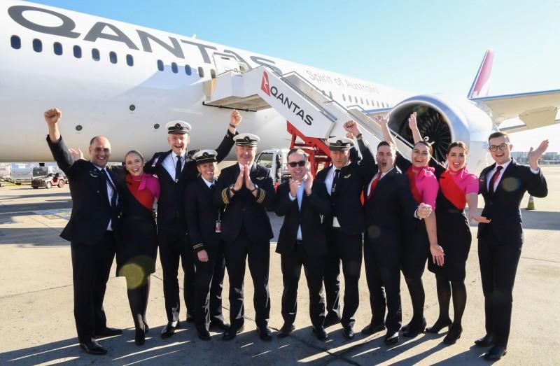 澳洲航空擬推出全球最長航線,首次實驗性試航的7879航班從美國紐約起飛後經過1萬6200公里、19小時16分鐘的旅程,今(20日)順利在雪梨降落,機組人員落地後興奮慶祝。(法新社)