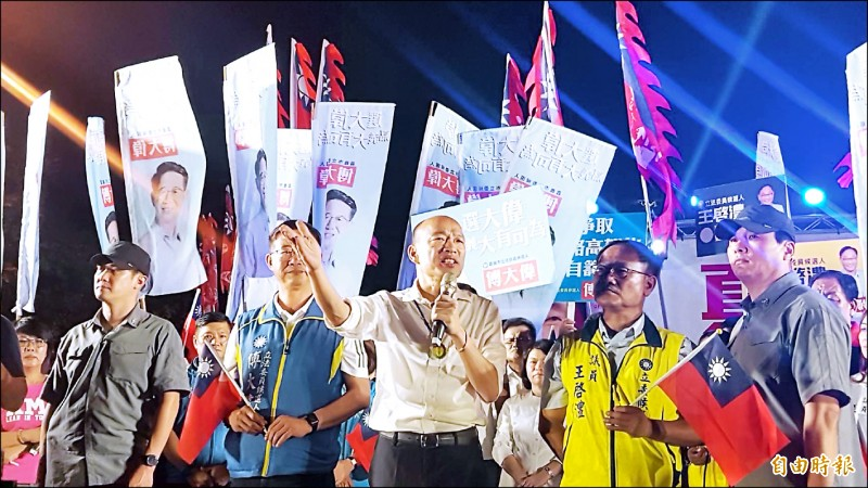 國民黨總統參選人韓國瑜昨晚在嘉義市文化公園舉行庶民後援會晚會,他呼籲選民在明年總統大選換掉民進黨。(記者丁偉杰攝)