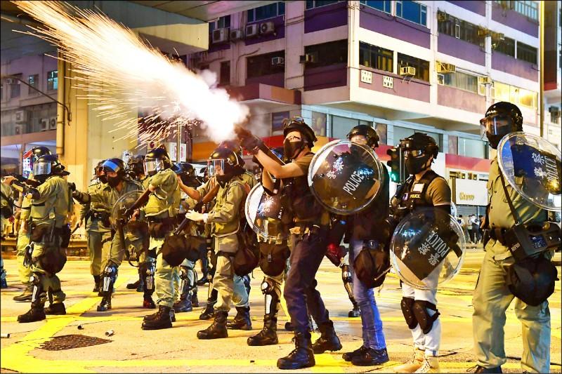 香港鎮暴警察二十日在九龍發射催淚彈,驅離示威群眾。(法新社)