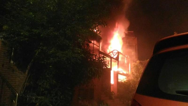 凌晨大火奪走鳳鳴國小夫婦、外甥的性命。(新北市消防局提供)
