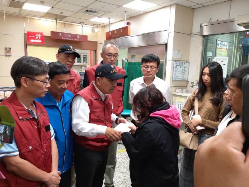 新北市長侯友宜率領局處首長到醫院慰問家屬。(新北市新聞局提供)