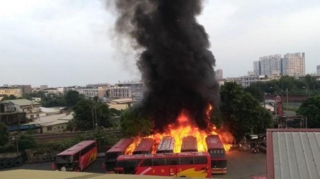 台西客運雲林站發生大火,多輛遊覽車陷入火海。(圖擷自《斗六人-靠北/爆料公社》臉書)