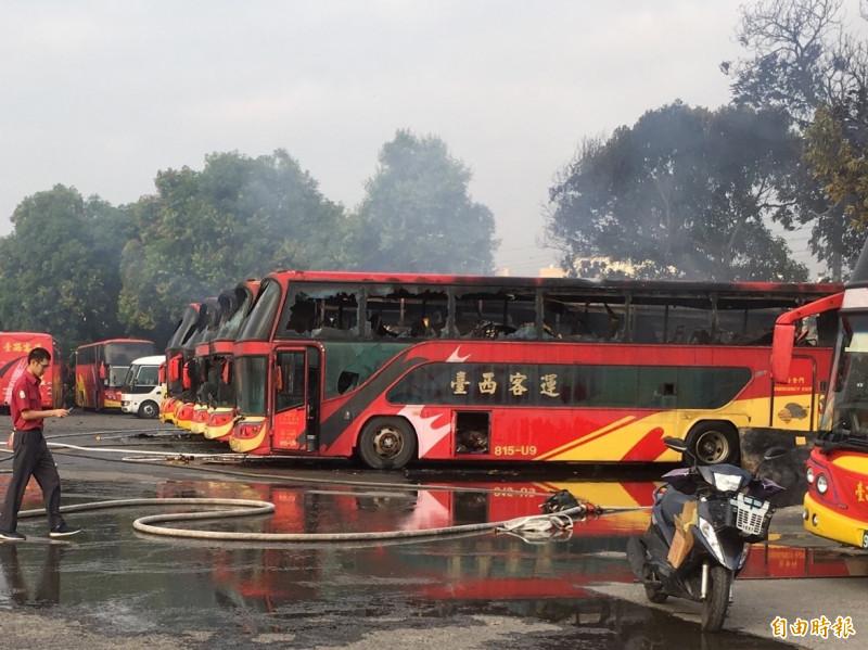 5車遊覽車燒毀。(記者林國賢攝)