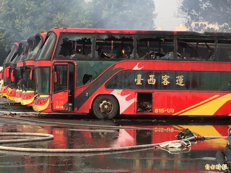 台西客運多輛遊覽車被火燒毀。(記者林國賢攝)