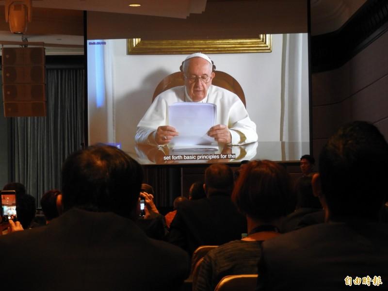 天主教教宗方濟各錄製影片,祝賀大會成功。(記者葛祐豪攝)