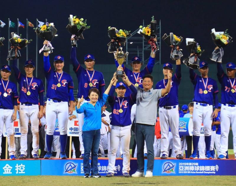 睽違18年亞錦賽冠軍金盃留台灣,接下來還有世界12強錦標賽台中洲際見。(圖:台中市府提供)