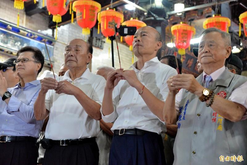 韓國瑜拜嘉邑城隍廟。(記者許麗娟攝)