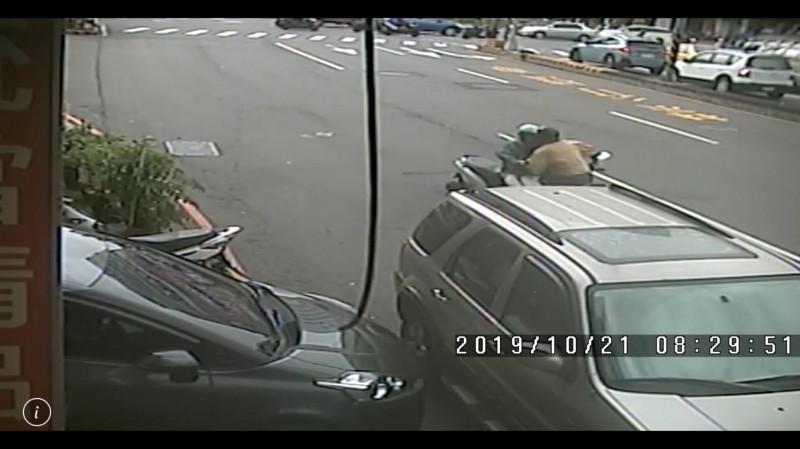 頭戴安全帽的兩人面對面撞上。(民眾提供)