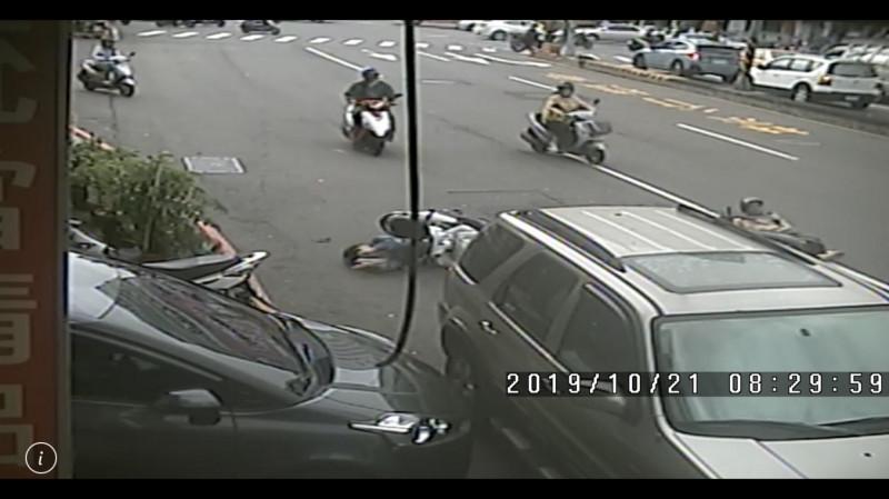 兩人雙雙連人帶車摔倒在地。(民眾提供)