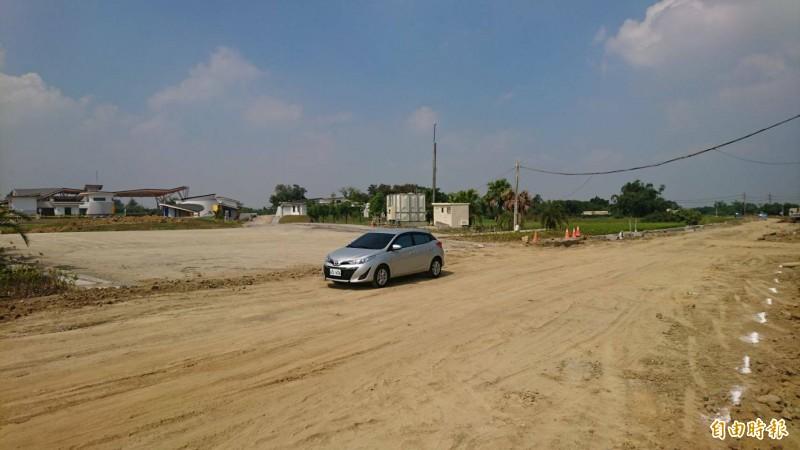 西拉雅官田遊客中心聯外道路也在施工中。(記者楊金城攝)