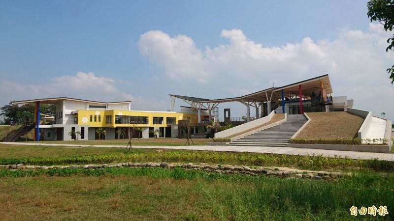 西拉雅官田遊客服務中心及處本部行政中心建築外觀設計特別。(記者楊金城攝)