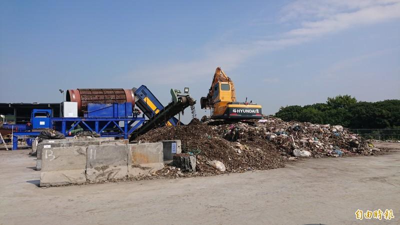 虎尾鎮垃圾場執行垃圾分類打包計畫。(記者廖淑玲攝)