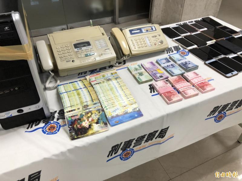 警方搜出被害人存摺及車手領取的現金。(記者姚岳宏攝)