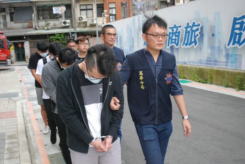 警方破獲車手集團,逮捕謝姓車手頭等32人。(記者姚岳宏翻攝)