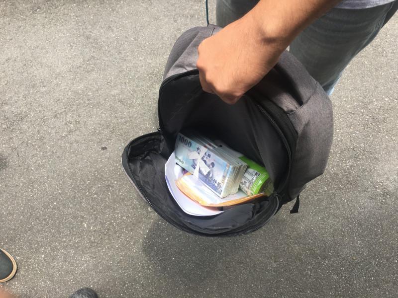 警方在捷運站置物櫃搜出剛提領出來的30餘萬元現金。(記者姚岳宏翻攝)