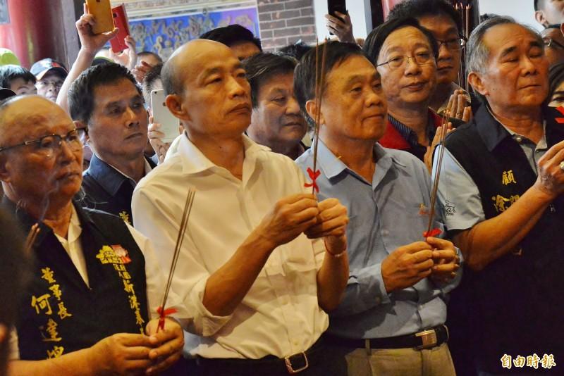 高雄市長韓國瑜在新港奉天宮參拜。(記者許麗娟攝)