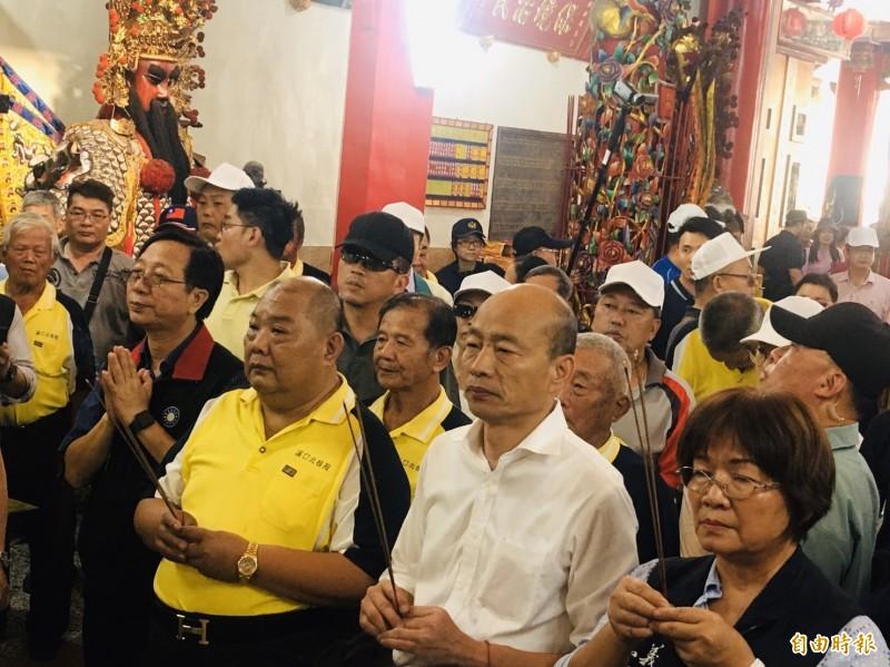 高雄市長韓國瑜(右2)今天下午參拜嘉義縣溪口北極殿。(記者王善嬿攝)