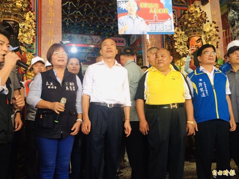 高雄市長韓國瑜(左2)今到嘉義縣溪口北極殿參拜,參加國民黨嘉縣立委初選的許能通(右1)現身陪同。(記者王善嬿攝)