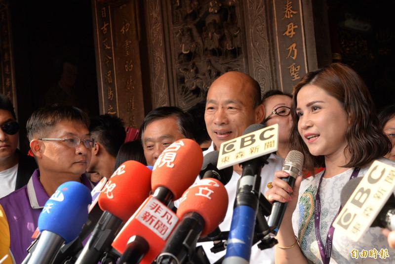 韓國瑜在嘉義新港奉天宮參拜後受訪。(記者許麗娟攝)