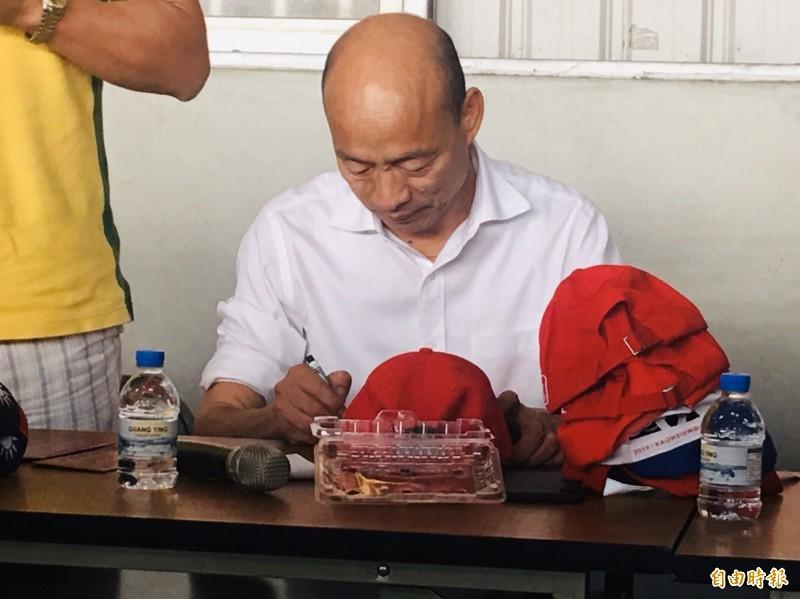 高雄市長韓國瑜在帽子上簽名。(記者蔡宗勳攝)