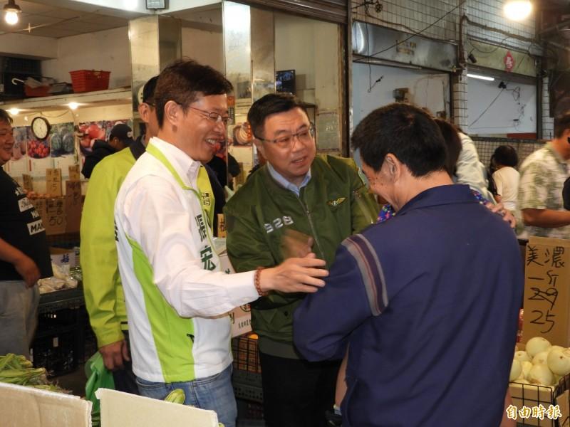 民進黨主席卓榮泰(中)今天與立委張宏陸(左)到新北市板橋區江寧市場掃街拜票。(記者賴筱桐攝)