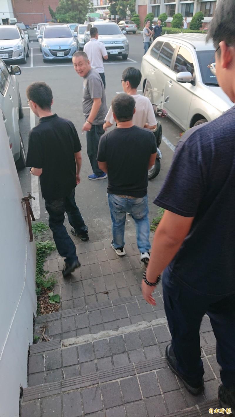 顏男(左二著黑上衣者)被逮捕後聲押獲准。(記者廖淑玲攝)