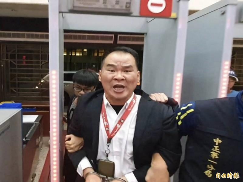 自稱是「世界台灣皇帝」的犯嫌藍信祺,今晚被依妨害秩序罪移送台北地檢署複訊。(記者錢利忠攝)
