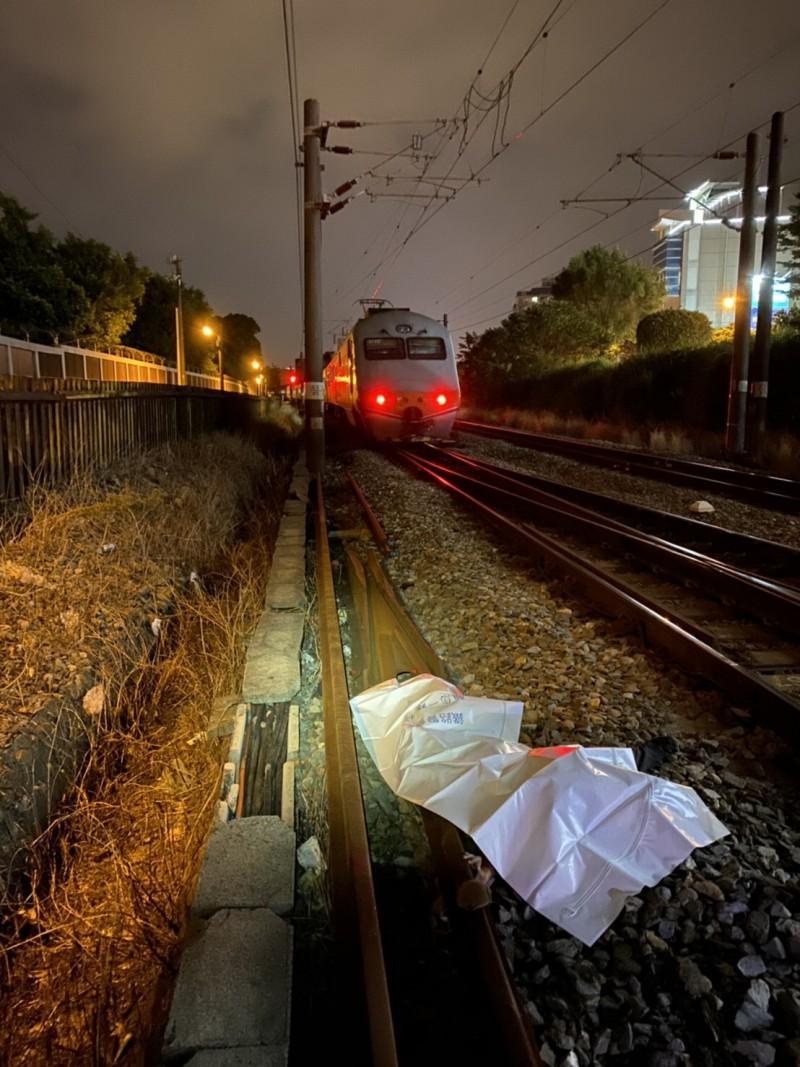 台鐵內壢自立新村平交道,一行人跨越鐵軌遭自強號撞死。(記者李容萍翻攝)