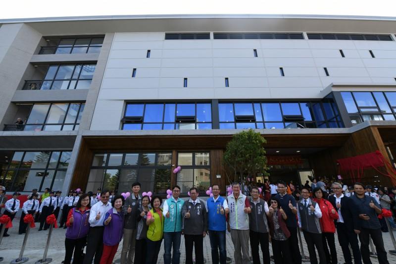 觀音區新坡多功能場館今天竣工啟用,將提供市立圖書館新坡分館、市立觀音幼兒園新坡分班及室內綜合球場等3大設施開放民眾使用。(記者陳恩惠翻攝)
