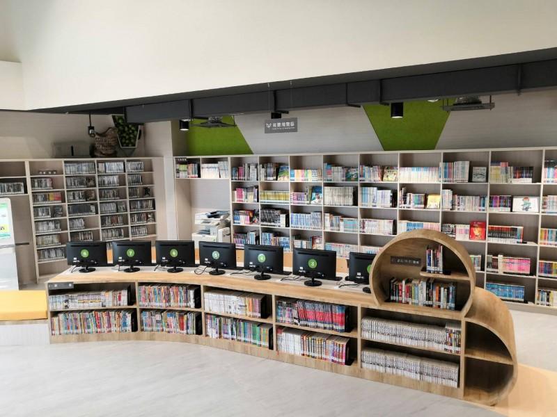 市立圖書館新坡分館以埤塘意象,藉由挑空光影及階梯變化,打造「書塘」的空間概念。(記者陳恩惠翻攝)