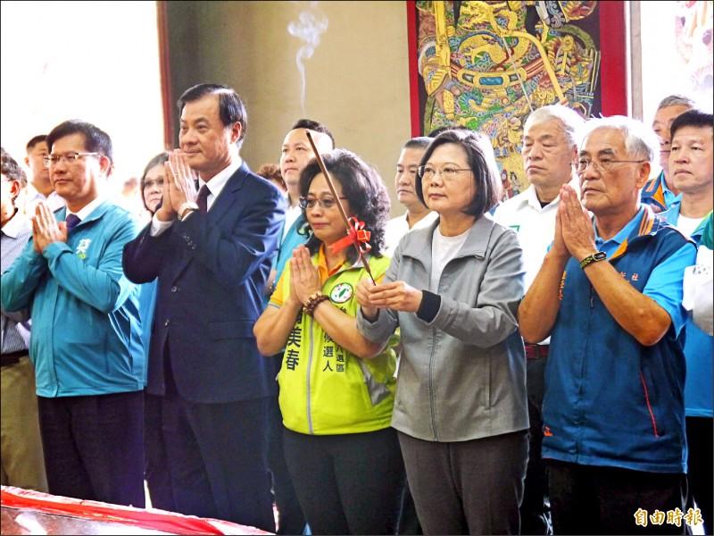 總統蔡英文(右)與民進黨籍翁美春,一起參拜新社鎮安宮。(記者張軒哲攝)