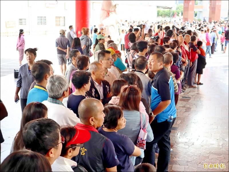 大批民眾慕名而來,在神岡萬興宮門口排隊等候蔡英文總統蒞臨。(記者歐素美攝)
