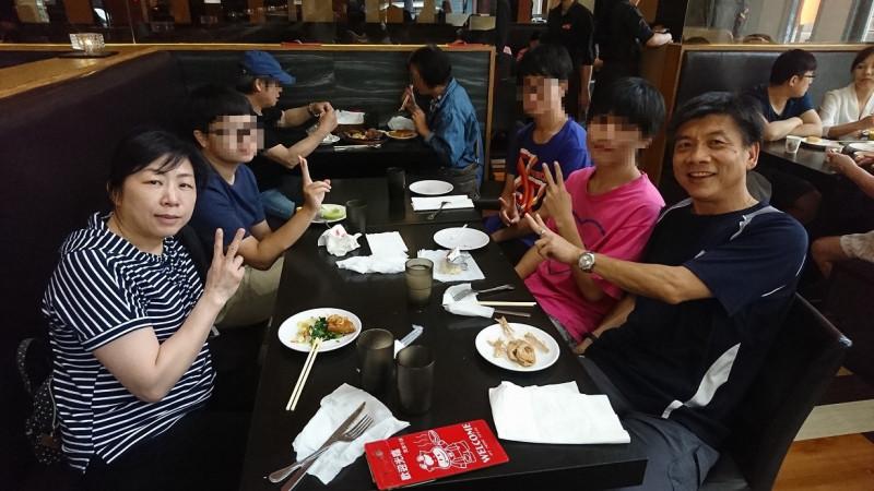 鳳鳴國小校長曾俊凱(右一)及其妻鶯歌國小音樂教師黃玟瑜(左一)夫婦生前合影。(翻攝自臉書)