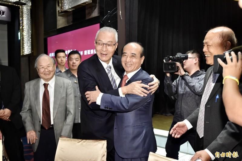 前立法院長王金平今(21日)與國民黨主席吳敦義同框,澄清彼此不合說法,鏡頭前抱2次。(記者塗建榮攝)