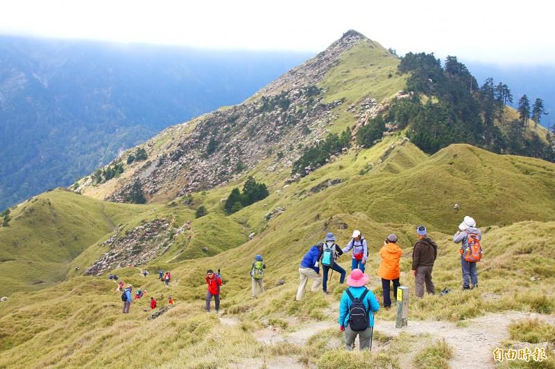 Hikers climb Hehuanshan in Nantou County on June 24.  Photo: Tung Chen-kuo, Taipei Times