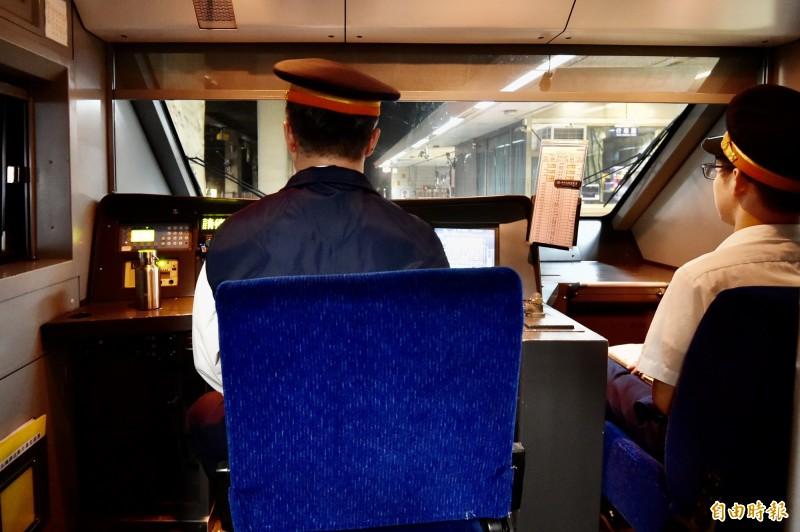 台鐵下午16:49分全線列車鳴笛3秒鐘。(記者塗建榮攝)