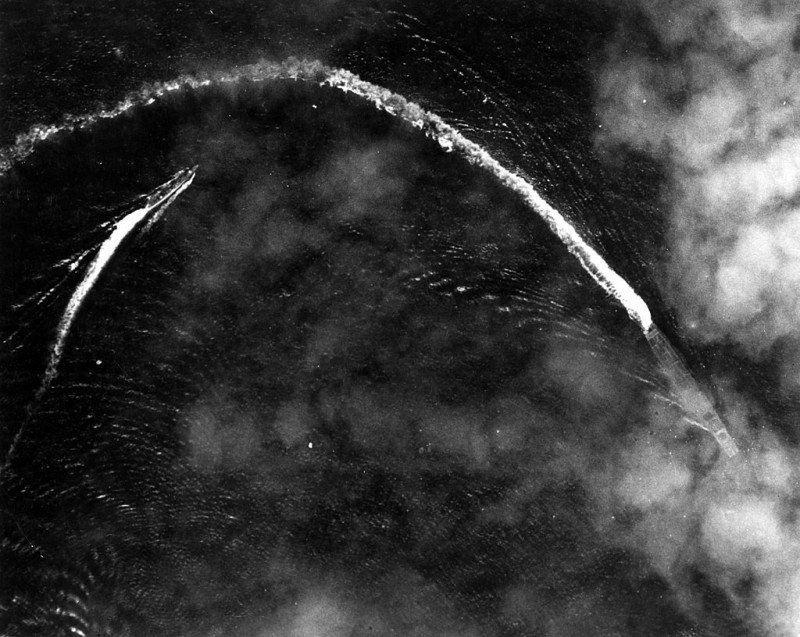 在中途島海戰中躲避美軍轟炸的「赤城號」(右下)。(圖擷自臉書「RV Petrel」)
