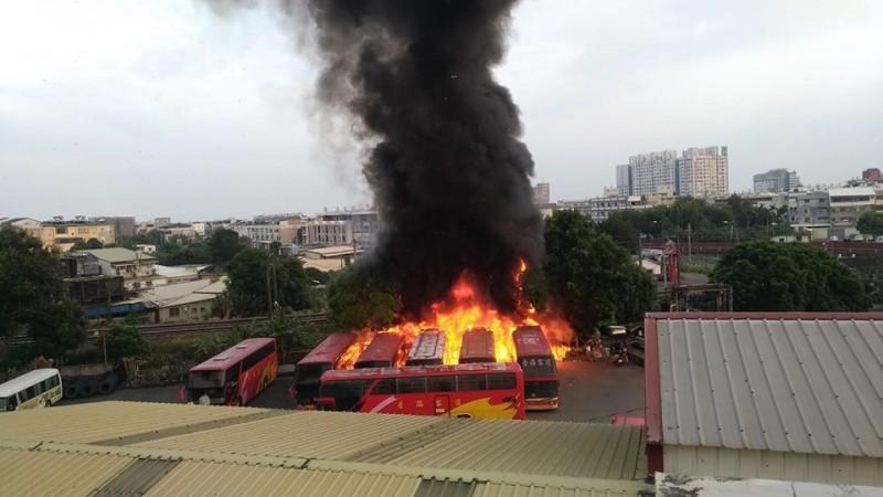 今上午6點多有民眾在網路PO文,指斗六的台西客運停車場發生火災,由網路圖片可看到現場有數台車輛起火。(圖擷自《斗六人-靠北/爆料公社》臉書)
